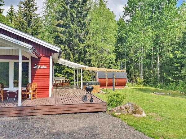 Blick auf das Haus mit Veranda, Hot-Tub und Sauna