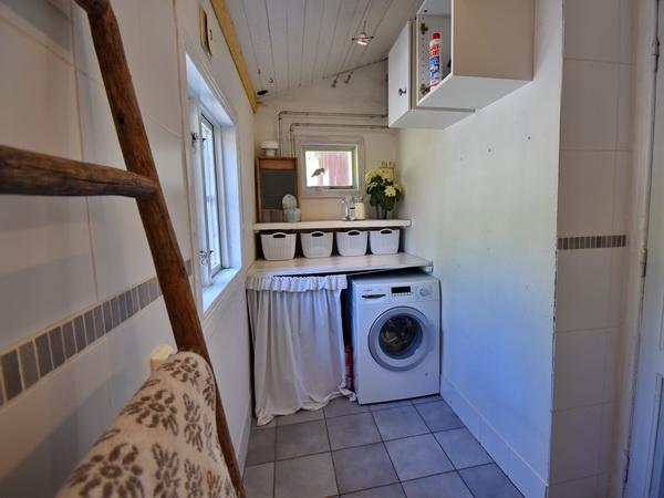 Badezimmer mit WC, Dusche und Waschmaschine