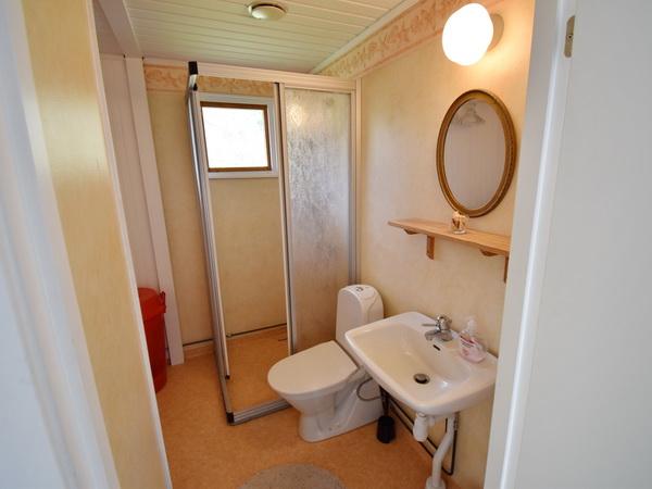 Badezimmer mit WC, Dusche, Waschmaschine und Trockner