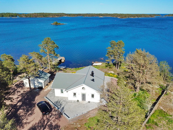 direkt an der Ostsee gelegen mit großer Veranda und Rasenfläche am Wasser