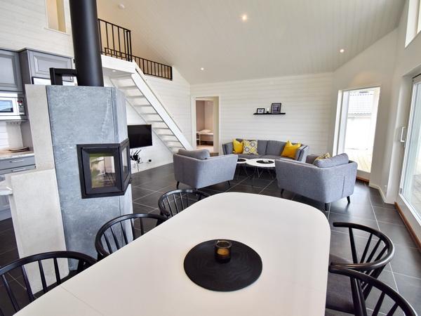 großes Wohn- und Esszimmer mit integrierter Küche