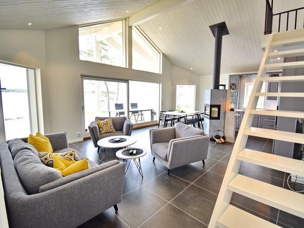 Wohnbereich und Treppe zum Schlafboden