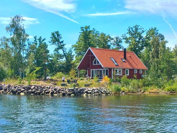 """""""Haus Blankavik"""" -  Blick vom Wasser  auf das Haus"""
