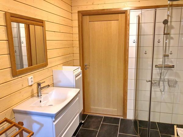 Duschraum im Erdgeschoss (mit Tür zum Waschraum)