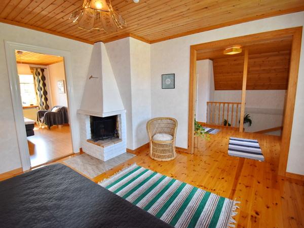 Wohnzimmer mit Kamin im Obergeschoss