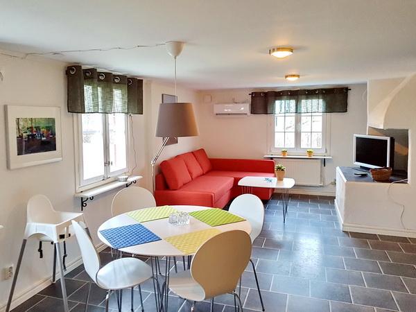 Wohnzimmer mit integrierter Küche und Essplatz