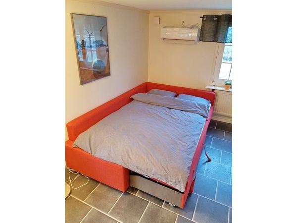 Das Schlafsofa kann als 140cm-Bett ausgeklappt werden.