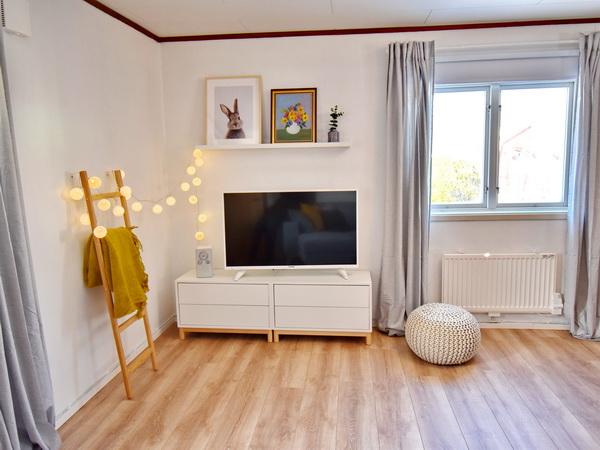 Wohnzimmer mit deutschem Sat-TV und Bluetooth-Radio