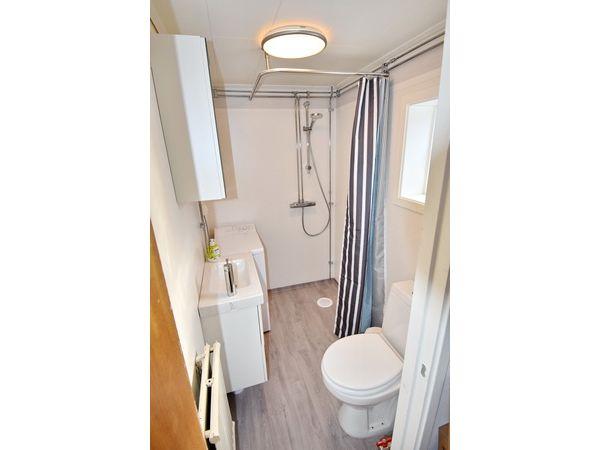 Badezimmer mit WC, Waschmaschine und Dusche