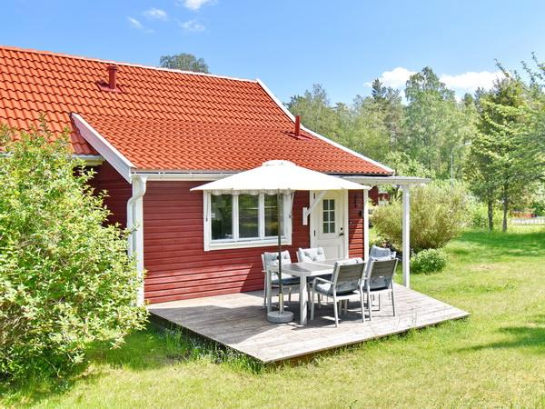 Hausrückseite mit Holzveranda (Bilder mit Gartenmöbeln und Grill folgen)