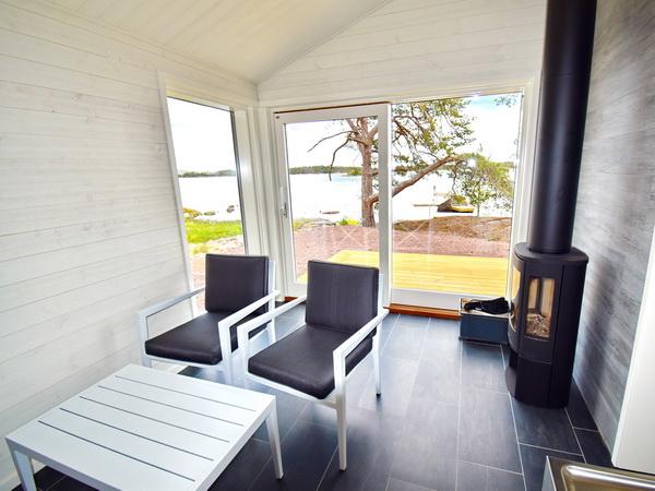 Sauna-Ruheraum mit Kaminofen und Pantry-Küche