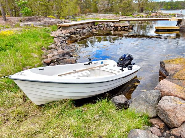 das hauseigene Boot mit Außenbordmotor