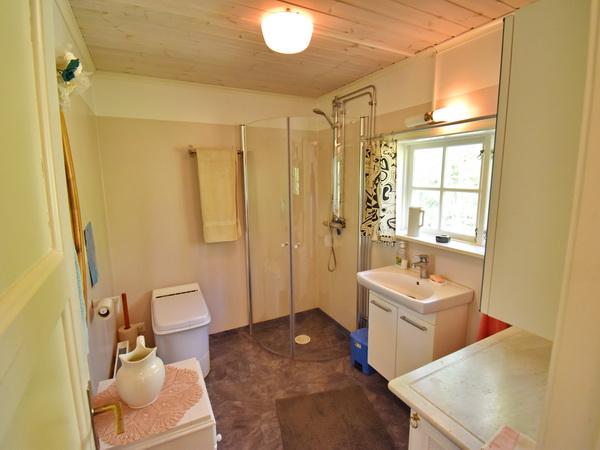 Badezimmer mit Verbrennungstoilette und Dusche