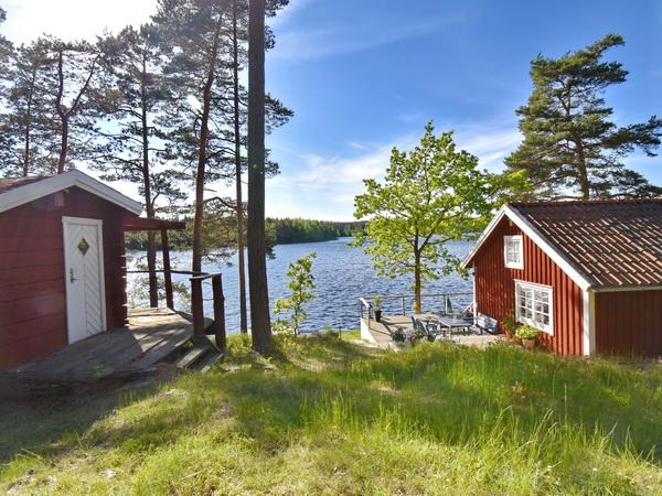 Ferienhaus und separates Sauna-Haus (links)