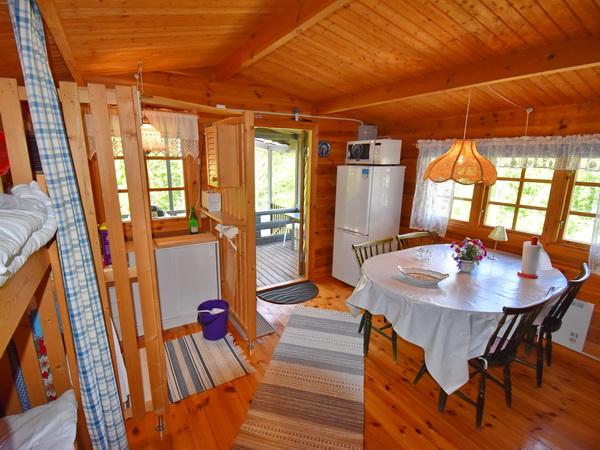 Haupthaus mit Esstisch, Etagenbett und Pantry-Küche