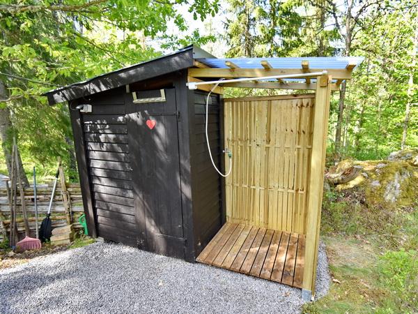 Außen-WC und Außen-Dusche