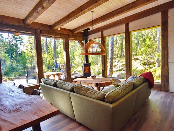 Wohnbereich mit Kaminofen und herrlichem Blick in die Natur