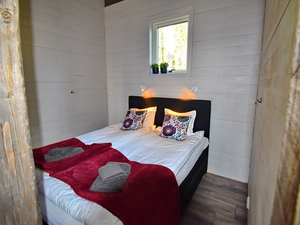 Schlafzimmer mit Doppelbett (Kleiderschränke sind inzwischen auch vorhanden)