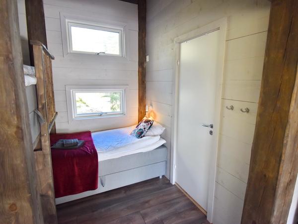 Schlafbereich mit 2 Einzelbetten und Tür zum Bad