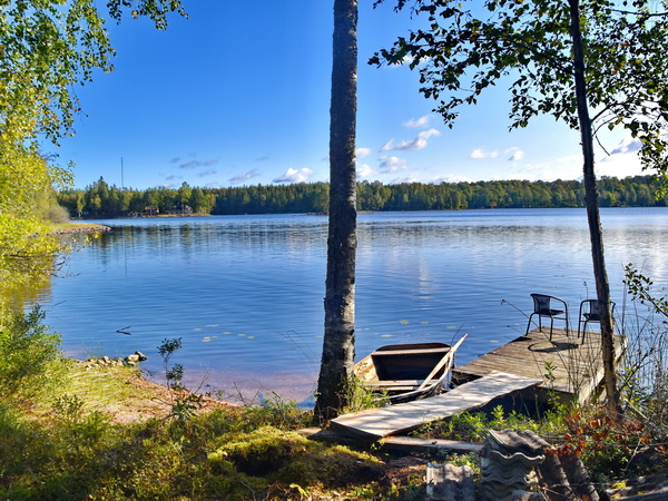 Badestelle und Bootssteg am See (nur 200m vom Haus)