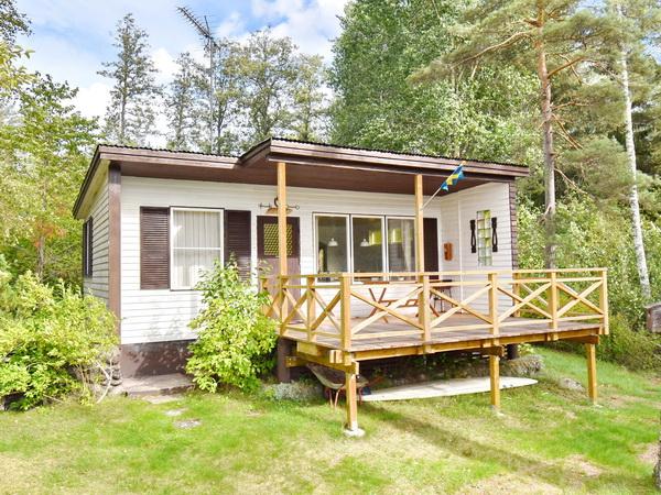 Blick auf das Haus mit großer Veranda mit Seeblick