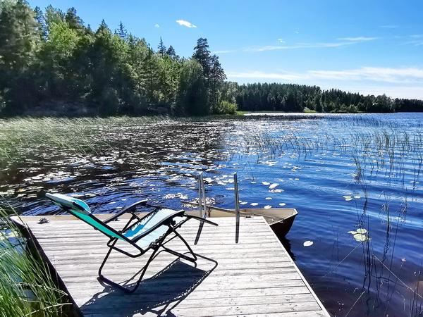 der eigene Steg am See mit hauseigenem Ruderboot