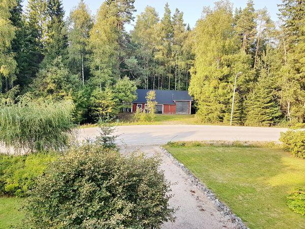 Blick in den Garten vor dem Haus (Schuppen auf der anderen Straßenseite gehört zum Haus)