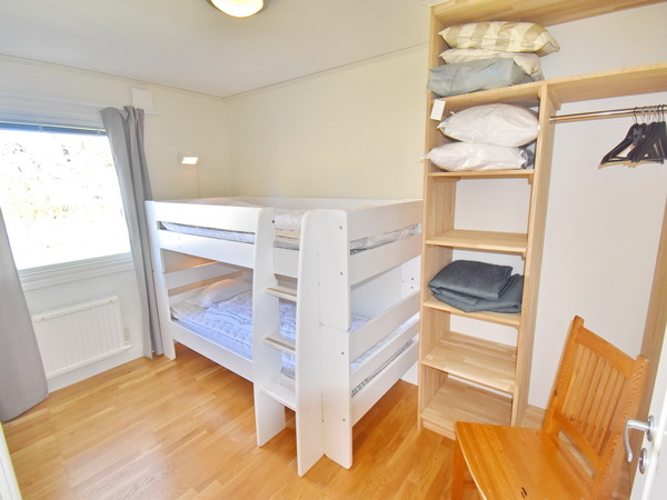Küche mit Essplatz und Ausgang zur Veranda