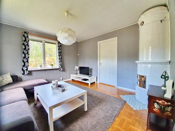 Wohnzimmer mit Kachelofen und deutschem Sat-TV + DVD-Player