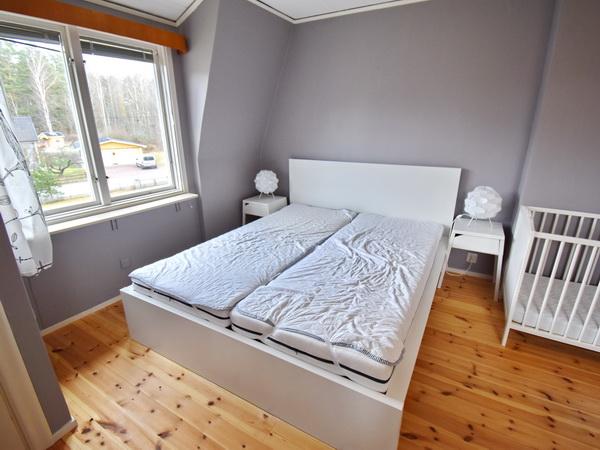 Schlafzimmer 1 mit Doppelbett + Kinderbett