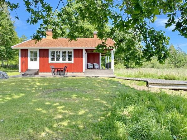 Seitenansicht des Hauses mit überdachter Veranda und Sonnenterrasse
