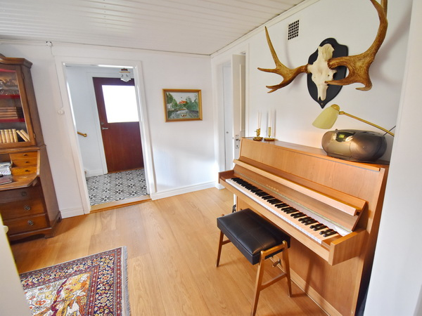 Musikzimmer mit Klavier und Sekretär