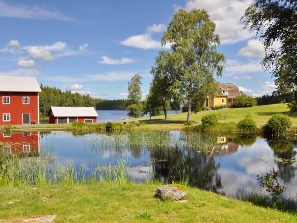 Blick auf das Haus in idyllischer Lage in einem kleinen Dorf