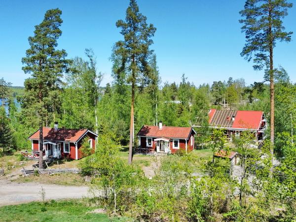Blick auf die drei Ferienhäuser