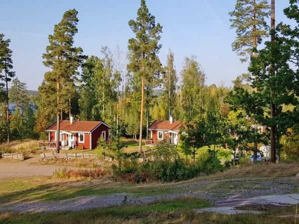 """Blick auf die drei Ferienhäuser """"Ekobyn"""""""