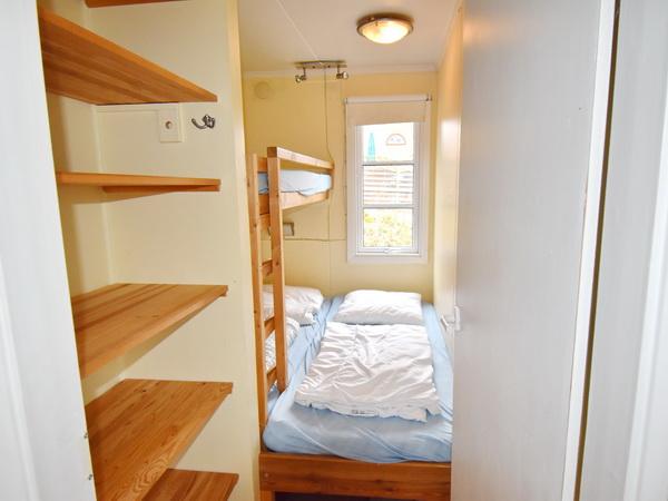 Schlafzimmer mit Doppelbett und Oberbett (nur 1,80m lang)