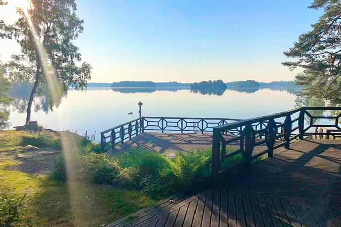 Blick über die große Veranda zum See