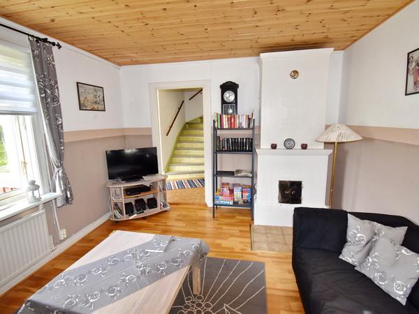 Wohnzimmer mit Kamin und deutschem Sat-TV