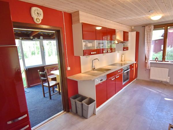 Küche mit Ausgang zur verglasten Veranda