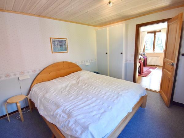 Schlafzimmer mit Doppelbett im Erdgeschoss