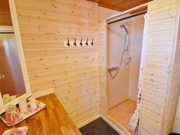 Waschraum mit Dusche, Waschmaschine und Trockner