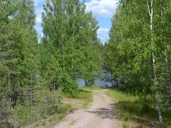 Zufahrt zu den Bootsplätzen am See