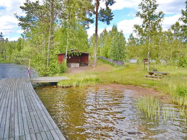 Blick vom Badesteg zur Grillhütte am See
